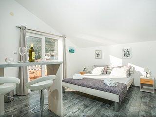 Charming studio apartment for 2 on the beach (Kaja A1)
