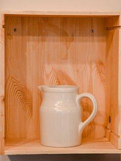 Comme étagère, nous utilisons des caisses de vins en bois.