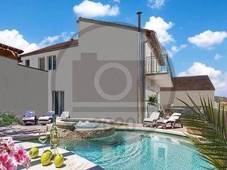 Beautiful home in Sibenik w/ Jacuzzi, WiFi and 3 Bedrooms (CDJ222)