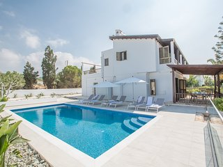 Rosie Villa, 4 Bedroom private villa with Sea Views in Ayia Napa