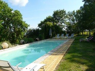 Charmante maisonnette, avec vue sur campagne, piscine et Pyrénées