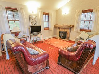MERCAT COTTAGE, all ground floor, pet-friendly, shared formal gardens and
