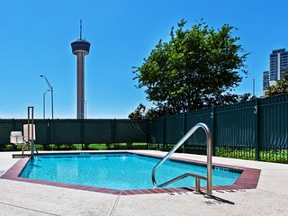 Only 3 Blocks from Gonzalez Convention Center   Outdoor Pool + Roll-in Shower