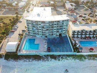 Bright little condo w/ pool, on Daytona Beach - close to boardwalk, Speedway!