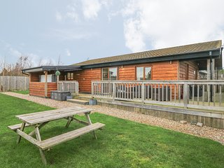 KINGFISHER LODGE, all ground floor, detached, hot tub, WiFi, pet-friendly