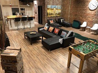 Trendy loft w/balcony in heart of Downtown. Near Fedex forum and Beale st.