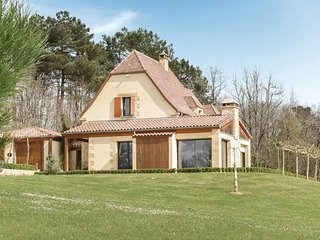 Stunning home in Les Eyzies Sireuil w/ 3 Bedrooms (FAD231)