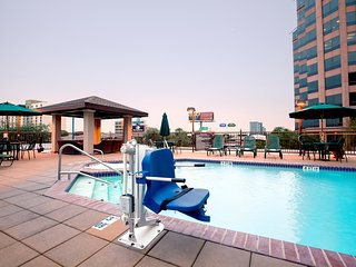 Accessible Studio 15 Minutes from the Alamo! | Free Breakfast + Outdoor Pool