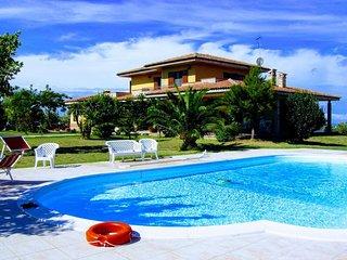 Villa immersa nel verde con piscina privata ed esclusiva