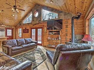 Rustic Cabin w/ Hot Tub - 7 Miles to Hocking Hills