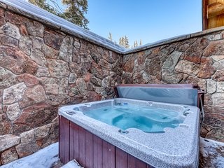 Beautiful mountain cabin w/balcony, private hot tub & grill. Bus to slopes!