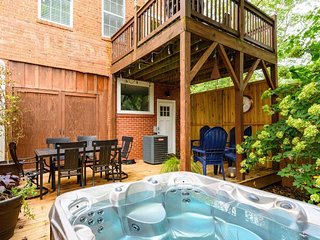 Saluda Proper-Downtown Saluda;.contemporary downtown Mountain Luxury, HOT TUB &
