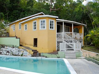 Almont Tree Cottage with Pool