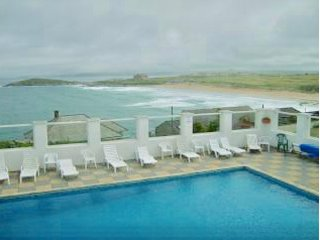 FISTRAL BEACH LOCATION - STUNNING SEA VIEWS !!, holiday rental in Newquay