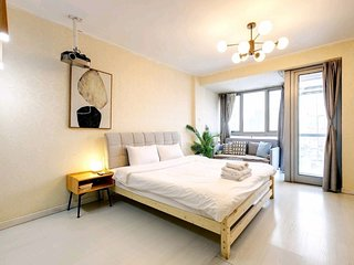 Galaxy Shiny Apartment Queen Bed & Movie Night High Rise View Near Metro Station