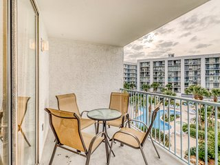 Waterfront condo w/ beach access, shared pool, hot tub, & tennis