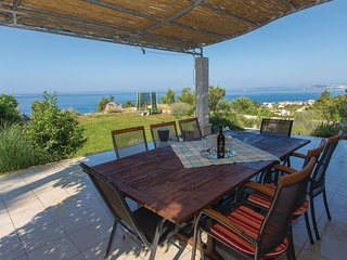 Nice home in Podstrana w/ WiFi and 4 Bedrooms (CDF479)