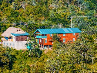 Cozy Room w/ Breakfast in the heart of Roatan
