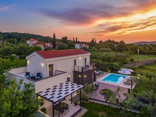 Awesome home in Zdrelac w/ Outdoor swimming pool, Jacuzzi and 3 Bedrooms (CDU386