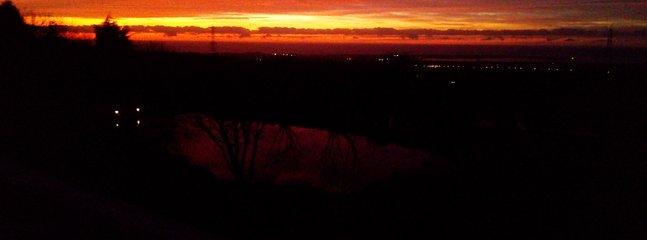 Beau coucher de soleil se reflétant dans le lac supérieur janvier 2020 depuis le platelage