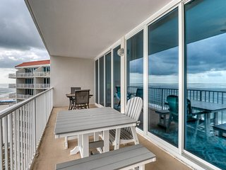 Remodeled beachfront condo w/ multiple resort pools, hot tubs & gym!