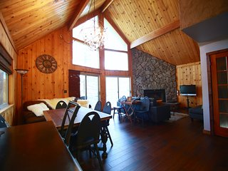 Lake Arrowhead Mountain Chalet, high in the treetops with lake view and access