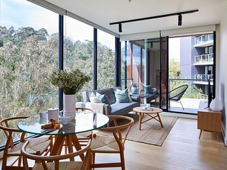 2BR Apt With Yarra River Views & Parking