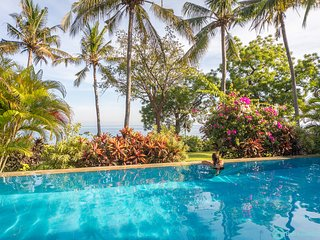 Breathtaking oceanfront villa infinity pool 3BR, staff, boat near Lovina