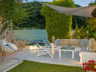 CHRIS REA VILLA  IN SKIATHOS TOWN