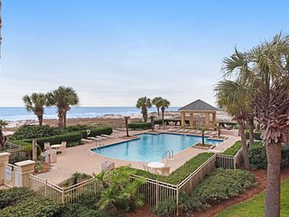Beachfront condo w/ Gulf views & community pools/gym/spa/tennis!
