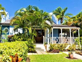 Luxury W. Coast villa, two ensuite beds, 4 mins walk to beach, bars, restaurants