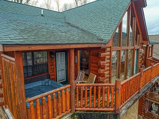 Great Smoky Mountain Dollywood Log Cabin with View, Pool table, Pool Access