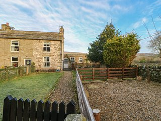 HOLMLEA end-terrace stone cottage, woodburning stove, WiFi, pet-friendly, in