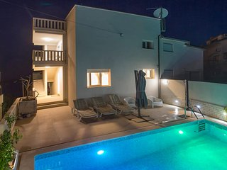 Nice home in Seget Donji w/ Outdoor swimming pool, Jacuzzi and 3 Bedrooms (CDC46