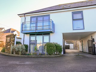 6 CRABSHELL QUAY, superb apartment with great estuary views, Juliet balcony and