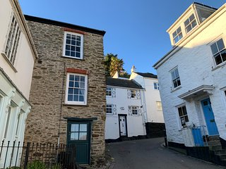 NEW! Cosy 400 year old fisherman's cottage in centre of Fowey with river view