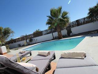 Villa con piscina climatizada y mucha paz.