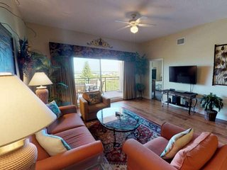 Top Floor Overlooking the Marina. Close to Johns Pass. Spacious with Two Private