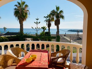 Charmigt strandhus med flera stora terrasser och havsutsikt. 1:a linjen