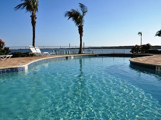 #410 Watch dolphins from the balcony! Fully equipped. Hot tub and pool.