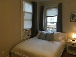 Spacious studio apt only 3 blocks from SNGH/CHKD, and 5 minutes to downtown