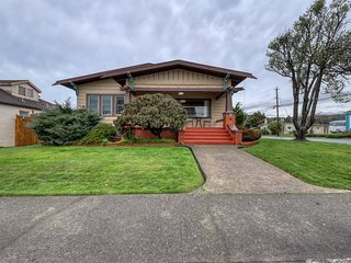 Classic Craftsman in downtown Arcata by HSU w/ private hot tub & gas fireplace!