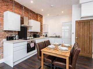 Exposed Brick Design-led Apartment in Cavern Qtr!