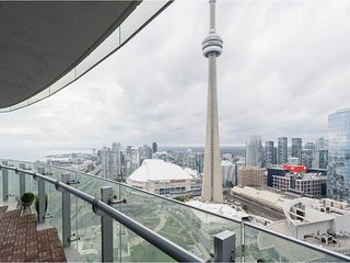 Luxury Downtown Condo | CN Tower View | Free Parking | Upto 7 People