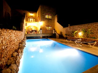 Large 5 bedroom fully airconditioned  Farmhouse, private pool and amazing views