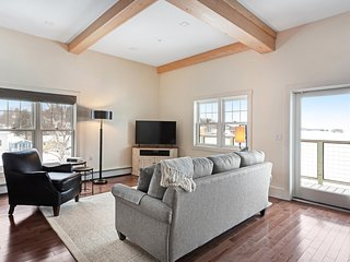 Luxury lakefront suite w/balcony, boat slip, & stunning view of Moosehead Lake!