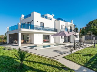 Beautiful home in Porec w/ Outdoor swimming pool, Jacuzzi and 6 Bedrooms (CIE940