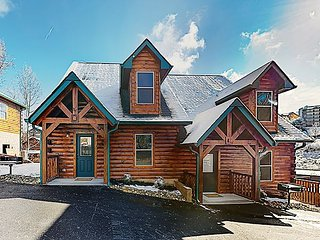 New Listing! New-Build 2-Unit Cabin w/ 2 Private Hot Tubs - Near Dollywood
