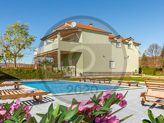 Beautiful home in Donji Prolozac w/ Outdoor swimming pool and 5 Bedrooms (CDC547