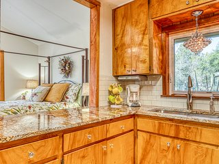 Delightful family-friendly home on a creek, two kayaks provided!